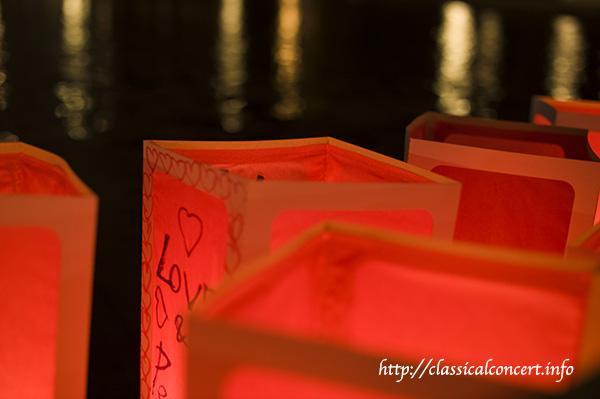 2014年に開催された時の様子。上野恩賜公園にある大噴水内の灯籠。